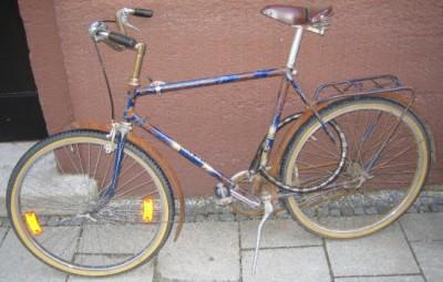 Verrostetes Fahrrad, aber sicher gesichert.