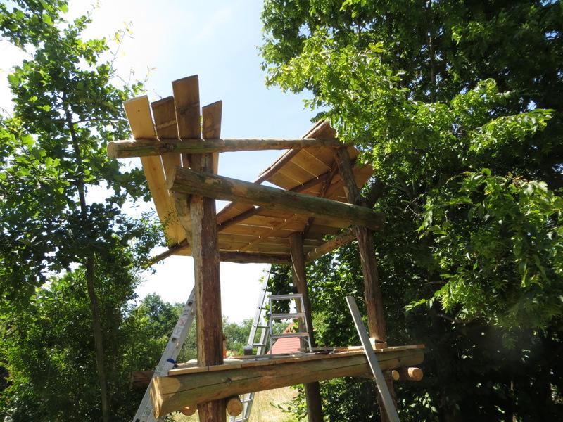 Fast fertig gedecktes Dach + Dachkonstruktion von unten